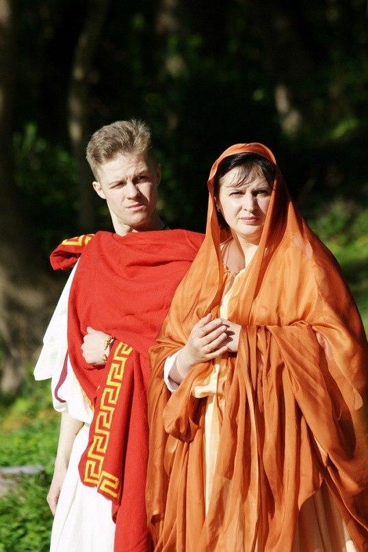 Молодожены на обряде римской свадьбы, античный исторический фестиваль