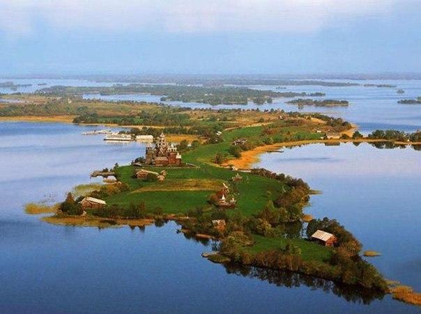 Музей-заповедник Кижи расположенный на острове Кижи Онежского озера, Карелия, Россия