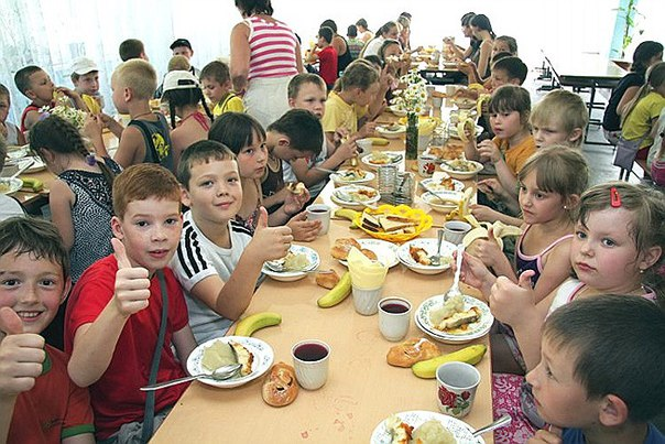 В оздоровительном лагере Мордовии дети едят ложками с кишечными палочк