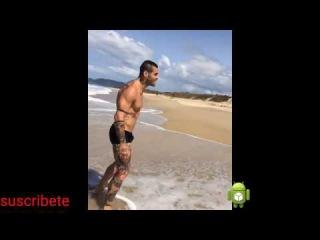 bulto de hombre modelo en la playa con el perro #bultoVEVO