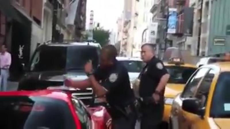 Полицейский Нью Йорка демонстрирует миллионеру Жульену Шаботу Julien Chabbott что никто в Америке не выше закона Полицейский