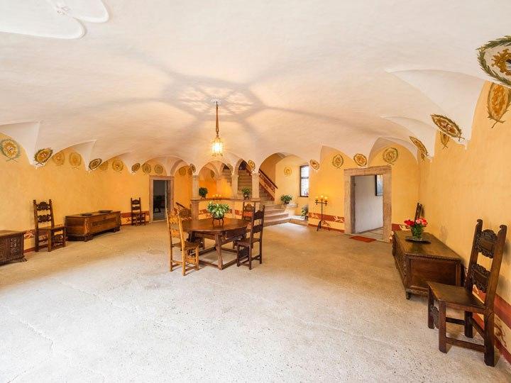 В Италии выставили на продажу замок XIV