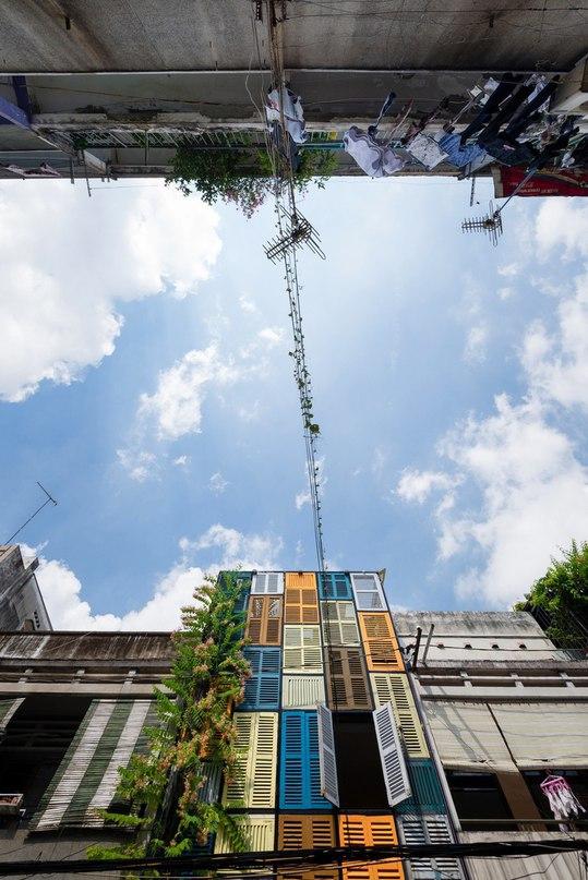 Разноцветные окна в декоре таунхауса в Хошимине  Проектное