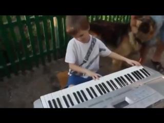 Слепой мальчик играет песню нашей молодости