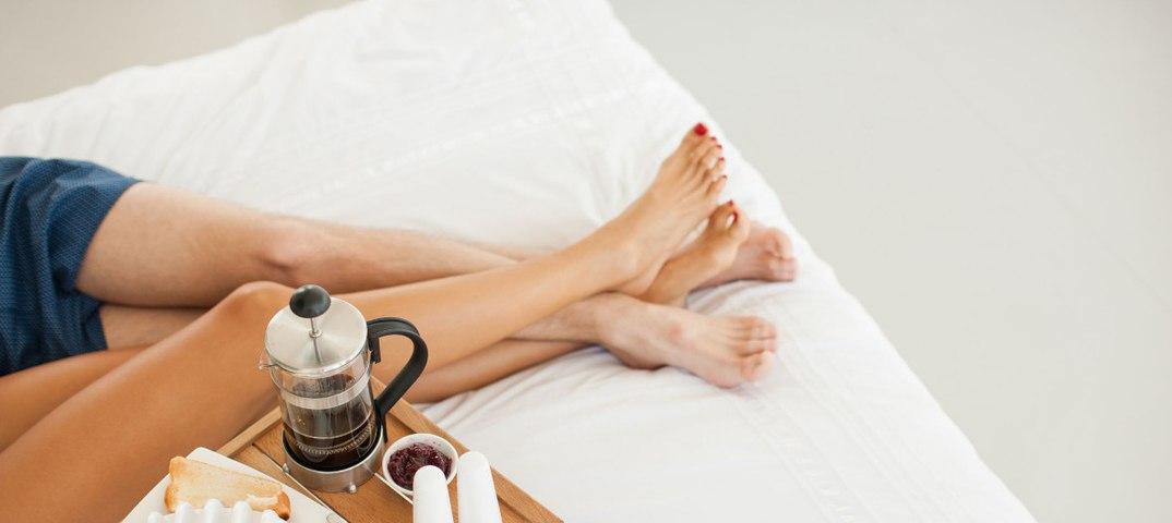 видео в мужчина сексуальный завтрак подает постель