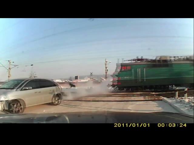 Еле успел!) Поезд против автомобиля на переезде. The train against the car.
