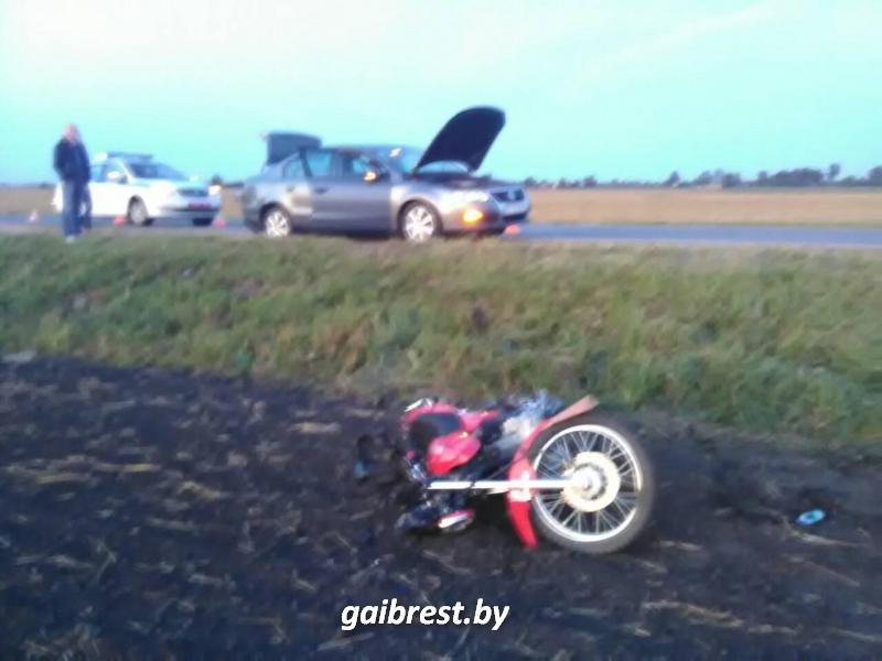 Мотоциклист совершил столкновение со стоящим на обочине автомобилем