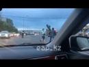 В Алматы двое неизвестных устроили драку на дороге перед равнодушным полицейским - новости на Informburokz