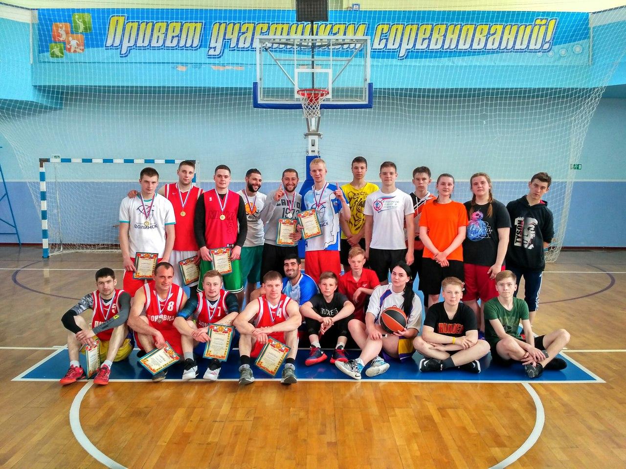 В Долинске закончились соревнования по стритболу, посвящённые празднику