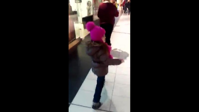 дочка на прогулке