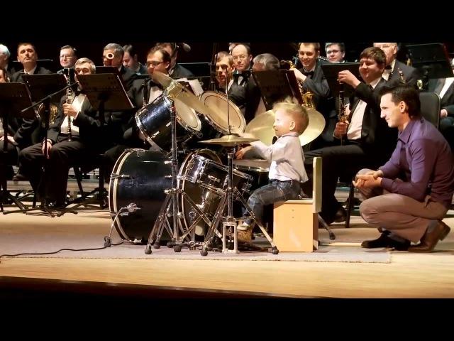 Маленький ребенок барабанщик Леня Шиловский. Выступление с духовым оркестром