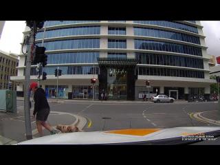 Агрессивный пешеход получает мгновенную карму