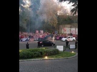 Фанаты Атлетико поддерживают команду перед отелем команды