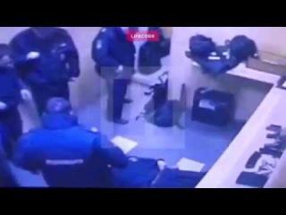 Видеонаблюдение в отделе Убийство бойца Росгвардии в отделе полиции попало на камеры