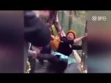 Туристы на Прозрачном мосту в Китае
