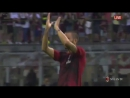 Леонардо Бонуччи появляется первым на разминку чтобы поприветствовать тифози Милана в качестве капитана команды