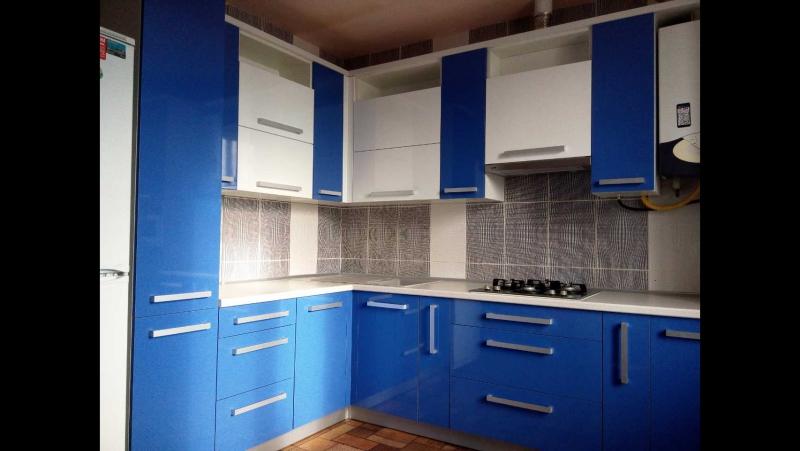 Кухня сине/белая с фасадами из пластика (видеообзор) от компании ООО «ЭкстраВуд» - видео