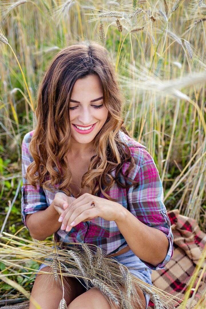 Девчонка с волнистыми волосами в поле