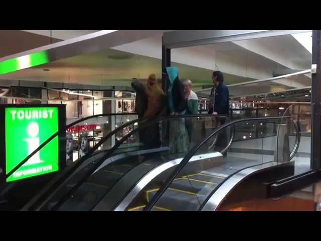 Somalis learning to use an escalator / Somalier lär sig använda rulltrappor