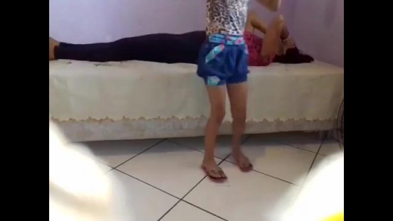 Щекотка матери и дочки