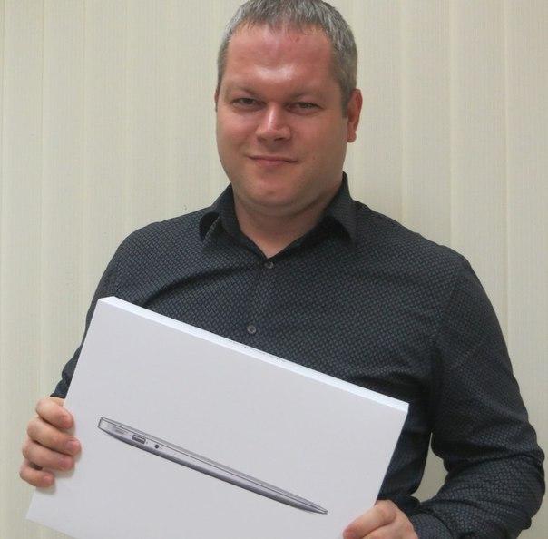 Я купил MacBook Air 13' за 2555 руб. На яндес маркете такой можно найти минимум за 63000 руб. Мне его уже доставили курьером. В коробке был сам ноутбук с полным комплектом, а также чек. Купил тут -