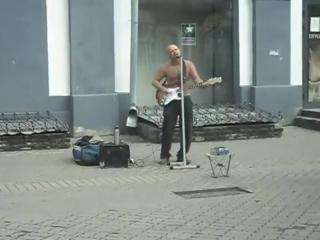 Самый позитивный уличный музыкант Казани