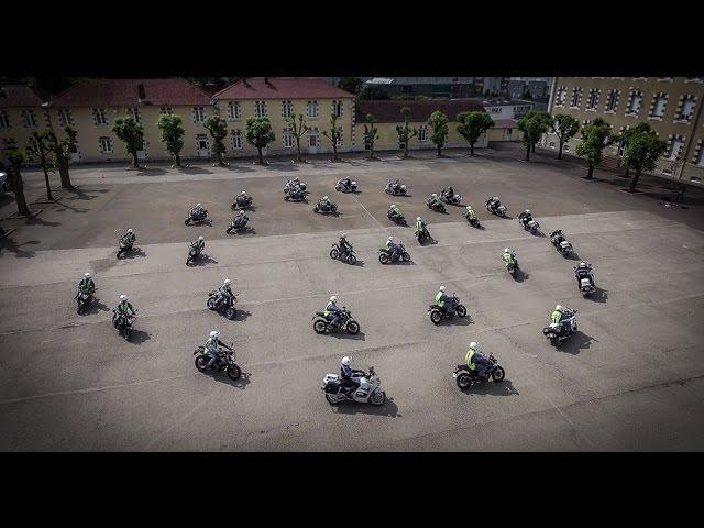 Un jour au CNFM-PN | Le carrousel vu du ciel | la 13 e Promotion Motocycliste de la Police Nationale » Freewka.com - Смотреть онлайн в хорощем качестве