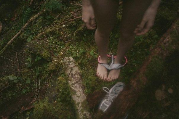 девчонка снимает трусы в кустах фото - 5