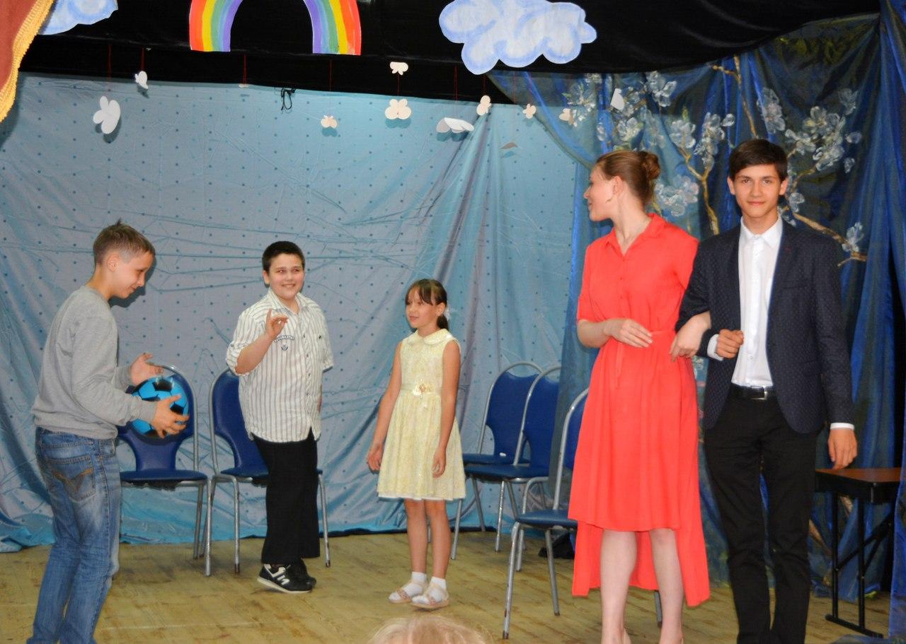 дети показывают сценку