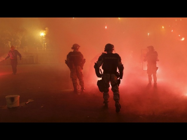 В столкновениях футбольных фанатов в Белграде пострадали 35 полицейских