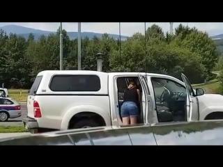Женщина решила помыть салон автомобиля