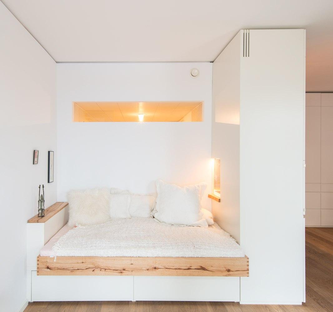 Идея по развороту кухни и устройству спальни в образовавшейся нише в квадратной студии.