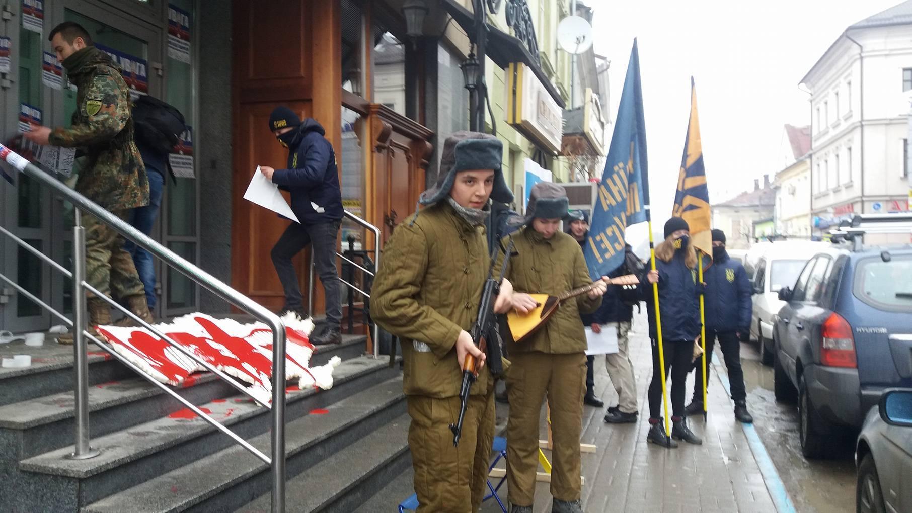 Активисты провели пикетирование российских банков в Ивано-Франковске - Цензор.НЕТ 7326
