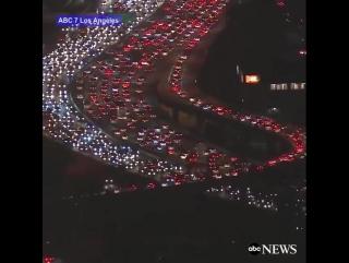 В Лос-Анджелесе американцы едут домой праздновать День благодарения