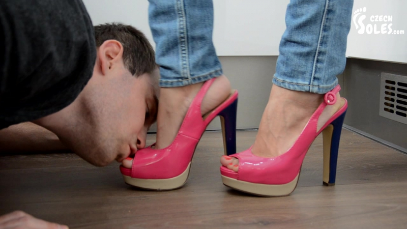Заставляли лизать туфли очень