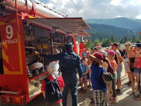 Детям из Ростова рассказали о работе огнеборцев и спасателей МЧС в Зеленчукском районе