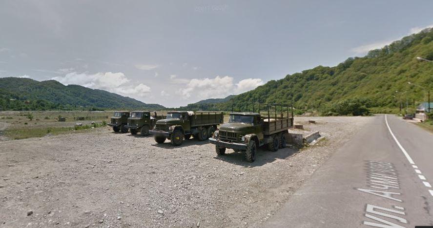 Стоянки грузовиков для желающих прокатится с ветерком и брызгами по речке Шахе до 33 водопадов