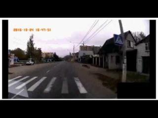 Мотоциклист выжил после столкновения с двумя авто и столбом в Брянске.