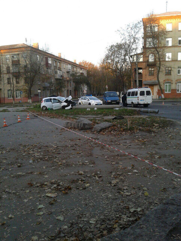 ДТП в Харькове: автомобиль снес столб