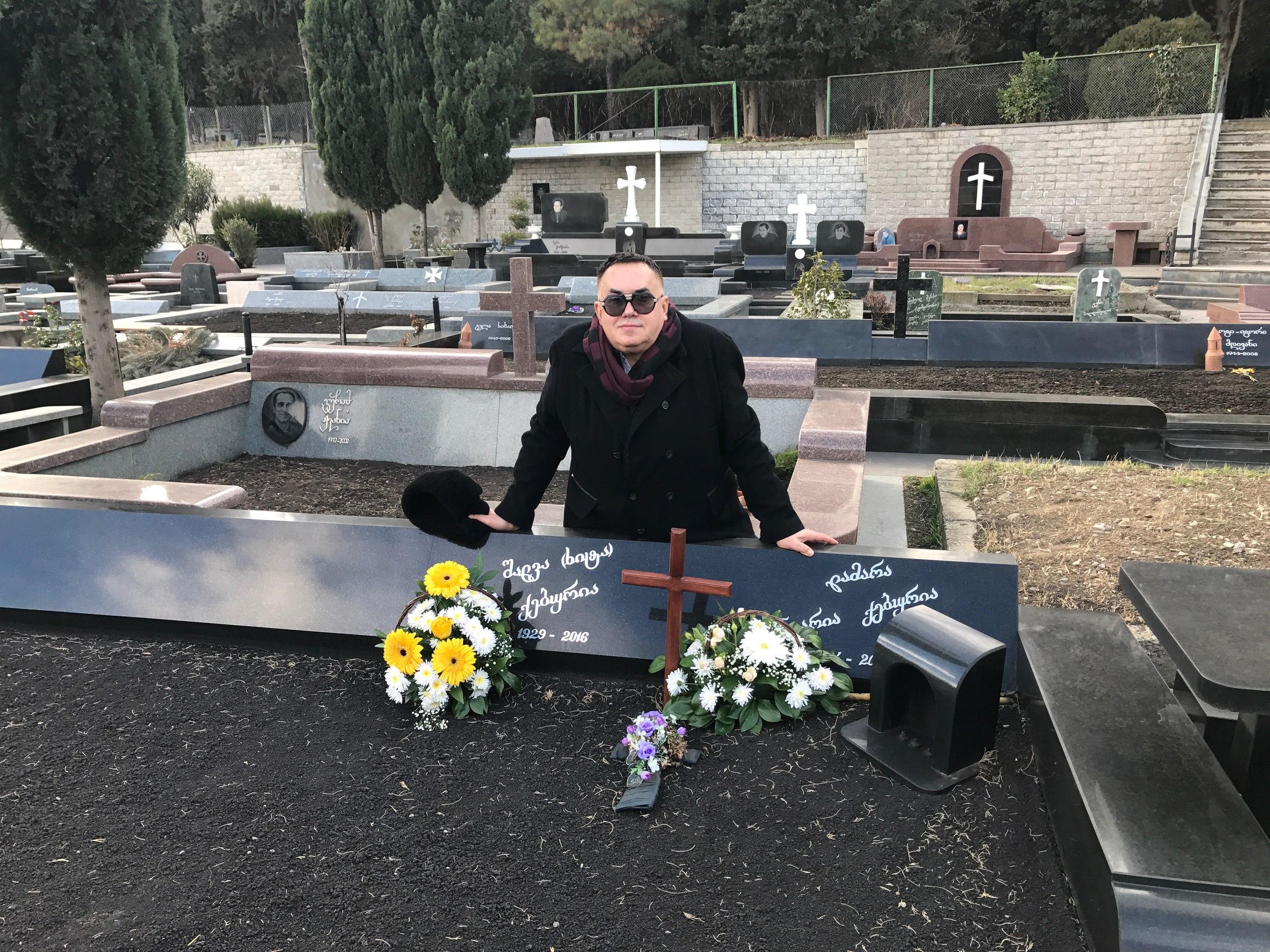 На могиле  московских друзей  в Тбилиси-Шалвы Кебурии и его незабвенной супруги...