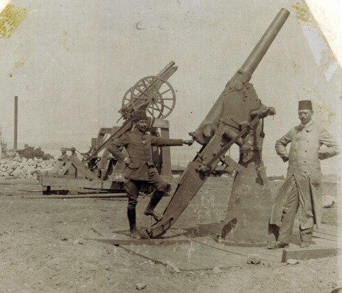 Турецкие солдаты у импровизированных зенитных орудий.