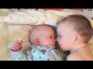 Милая реакция ребёнка на плач сестры