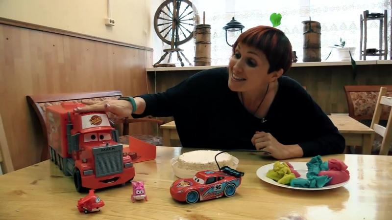 МашаКапукиКануки и игрушки СуперКрылья, Маквин (Тачки) и Мак Трак украшают торт! Видео про машинки