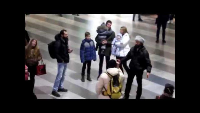 Флешмоб на вокзале Ростова. Граждане спели песню «Мы с конем по полю идем»