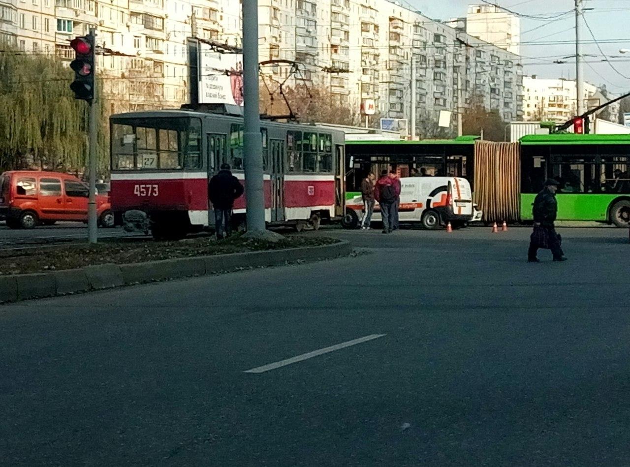 Авария: Трамвай врезался в автомобиль