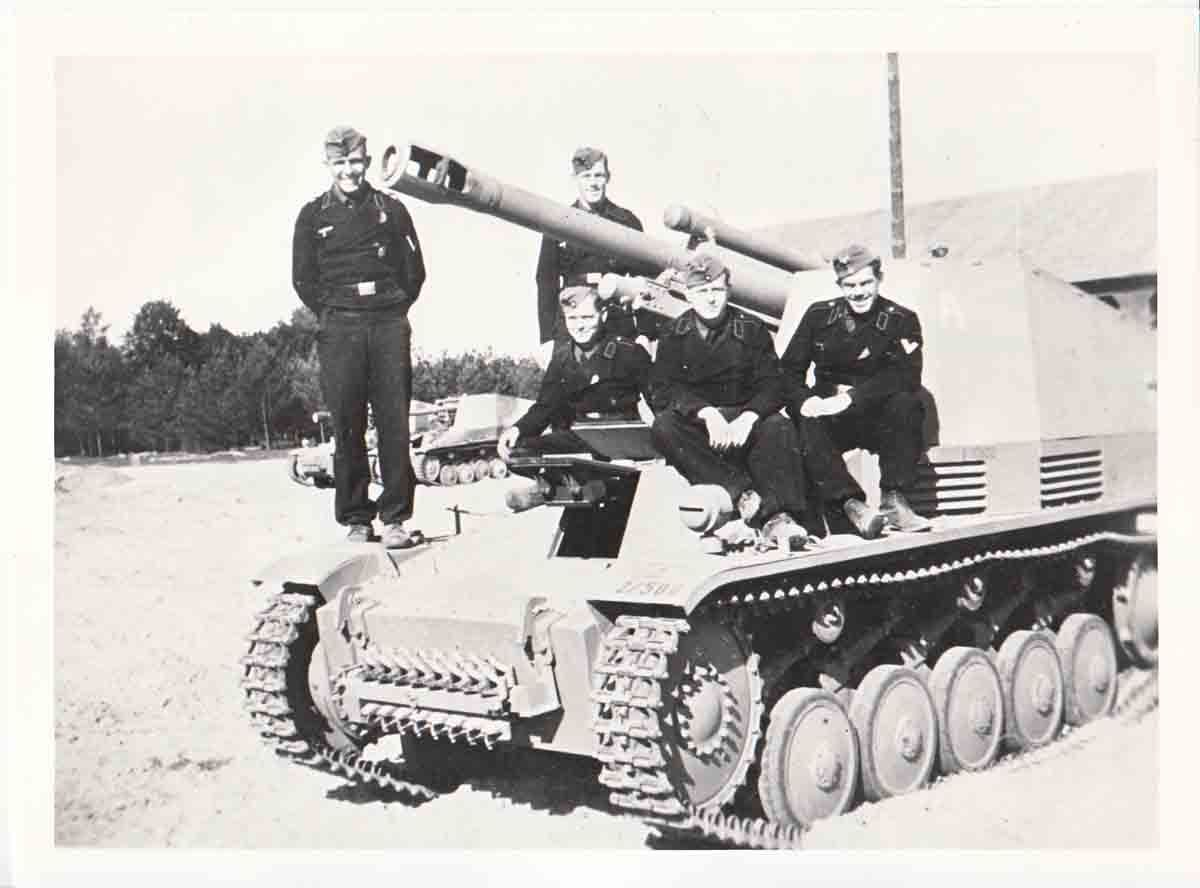 """Немецкая САУ """"Wespe"""" и её экипаж."""