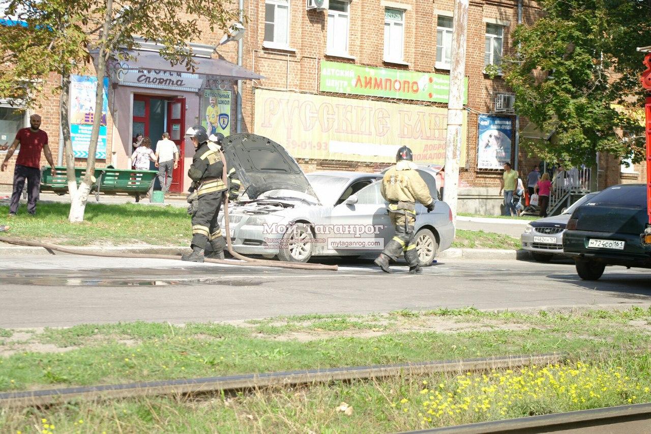 В Таганроге загорелся припаркованный напротив дворца спорта «Прибой» автомобиль BMW