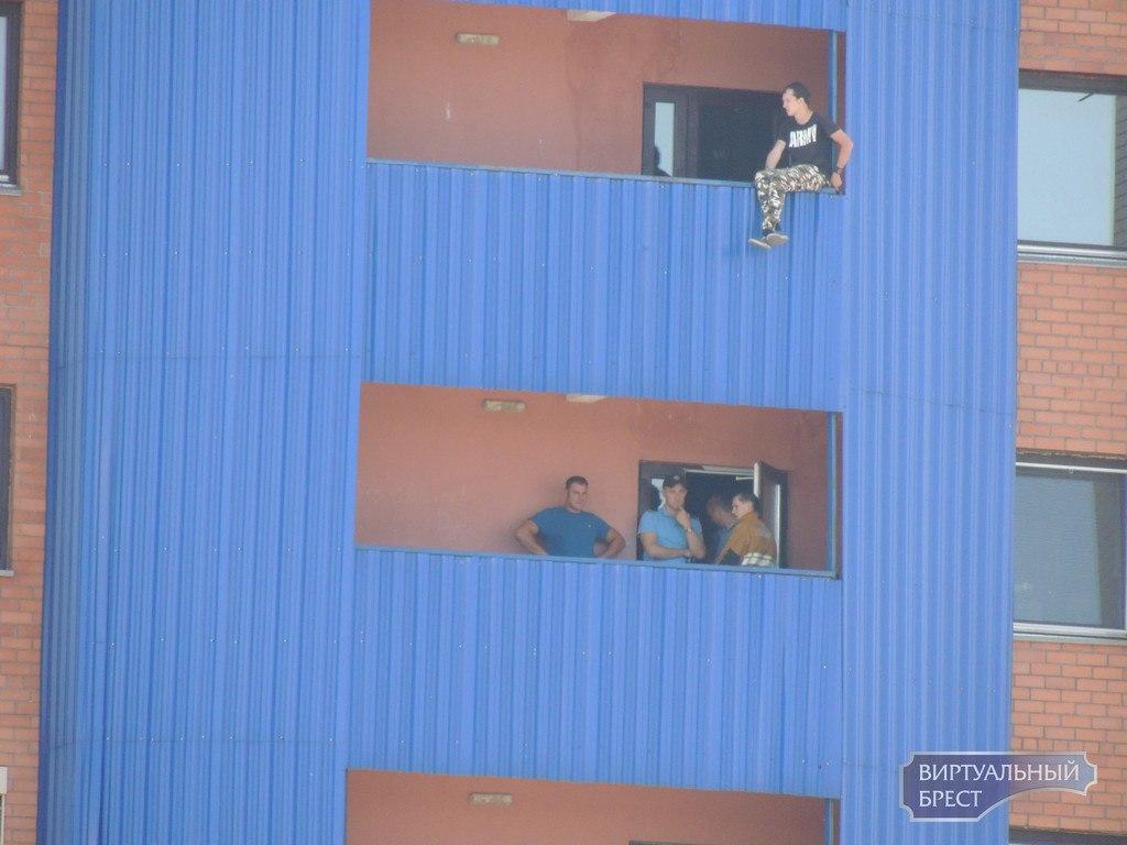 Парня, который хотел прыгнуть с балкона в Бресте, спасли