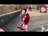 Рианна Ри распаковывает коробку с ПОДАРКОМ! Учится кататься на самокате! Играет ...