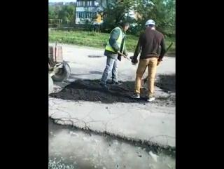 Ремонт дороги Закарпаття,Мукачеве біля Гіда не традиційним способом